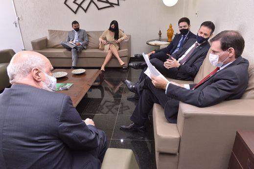 Presidente em reunião com o CREA/GO