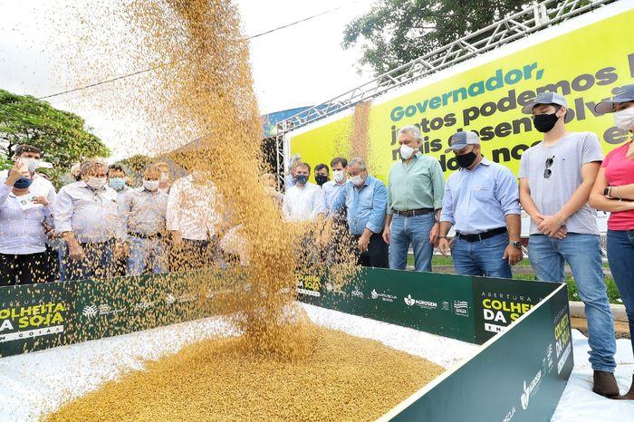 Presidente participa da colheita da soja em Montividiu