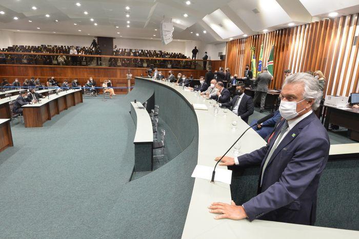 Governador Ronaldo Caiado discursa na sessão solene
