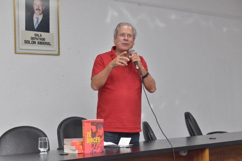 Ex-ministro faz lançamento de livro na Alego